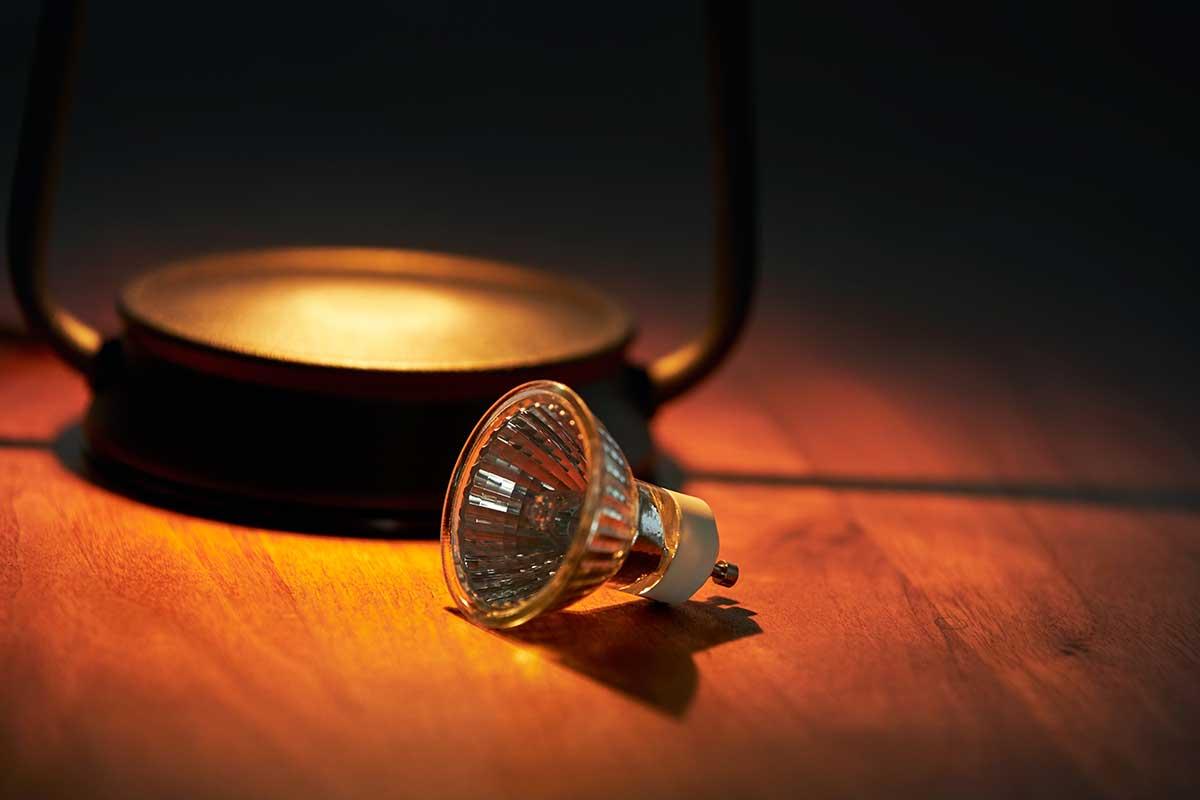 予備用として電球が1個付属しています。火を使わずにアロマキャンドルを灯せて、明かりと香りも楽しめる卓上ライト「キャンドルウォーマーランプ」 kameyama candle house