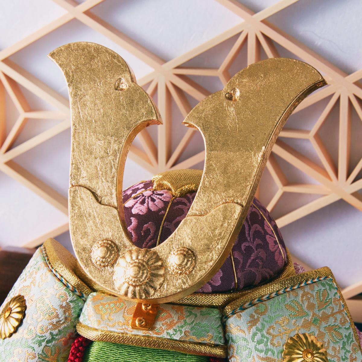 鍬形・鋲(兜):金沢箔(金箔)|次世代に伝えていきたい最高峰の日本伝統技術を結集させ、コンパクト・モダンに。リビングや玄関に飾れる「プレミアム兜飾り・五月人形」
