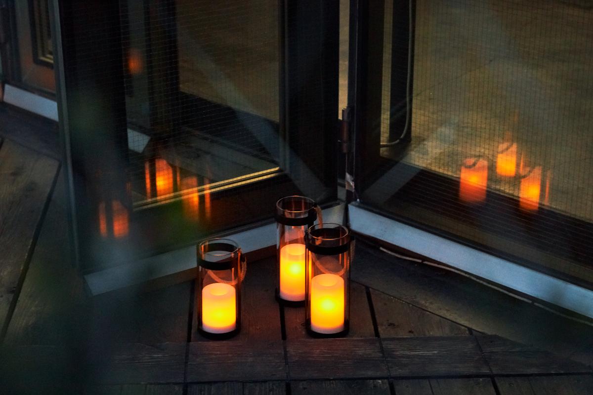 オレンジ色の小さな炎がともったように、チラチラ、灯りが揺らめきます|暗くなったら自動で点灯、ソーラー充電式の「LEDガラスランタン」|Notte(ノッテ)