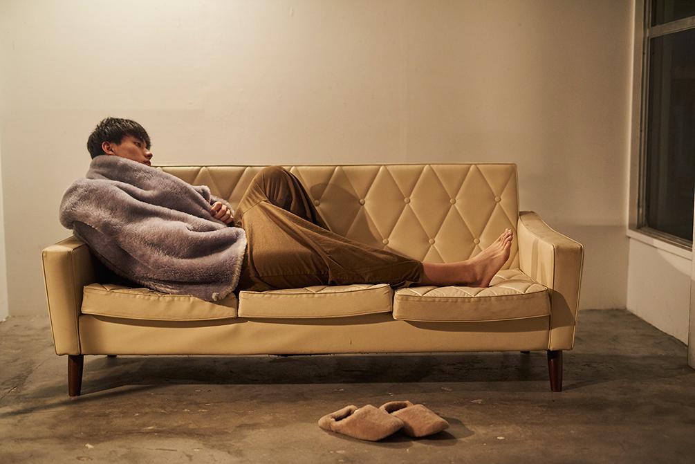 「穏やか」の名のとおり、落ち着いたグレー。軽くて暖かい。上質な空間を作る。癒しグレーが叶える、あったか快眠空間。ふんわり毛足2cmのメリノウールが気持ちいい!軽い掛け心地の「毛布」|SERENE