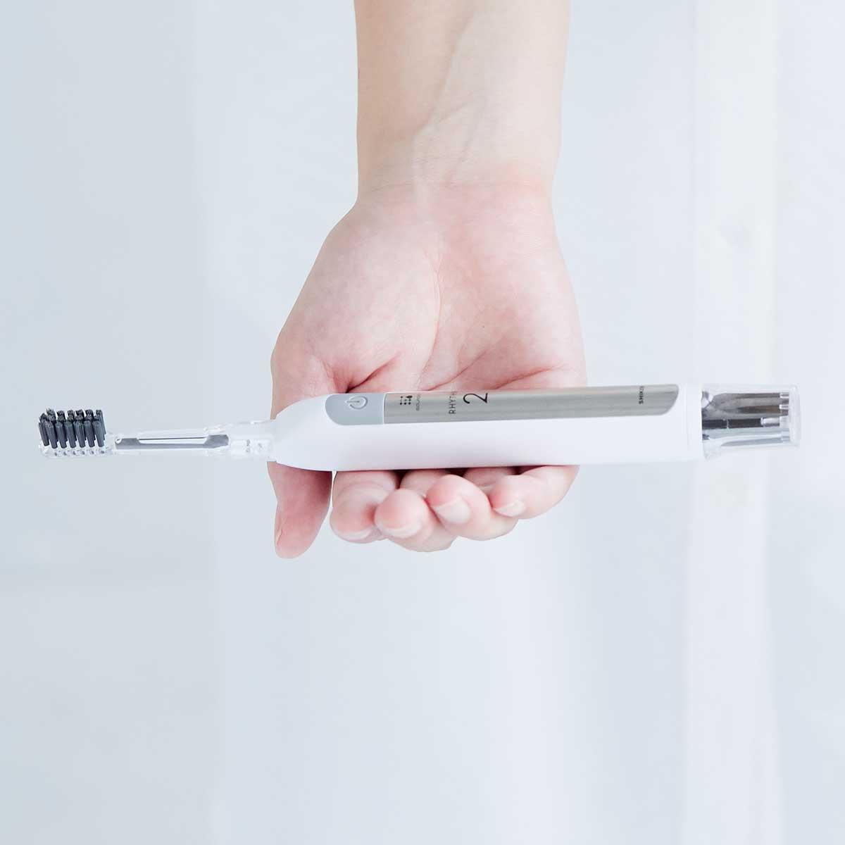 そのまま歯を磨くだけで、歯に汚れがつきにくくなる。今までにない磨き心地を味わえる。光触媒の効果で、歯磨き粉なしでも歯垢がとれる「電動歯ブラシ」|SOLADEY