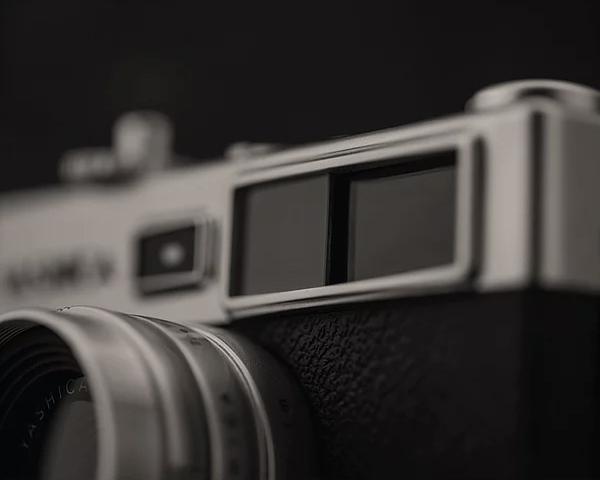 ファインダー 映画のような空気感やノスタルジー、雰囲気のある写真が簡単に撮れるトイデジカメ YASHICA