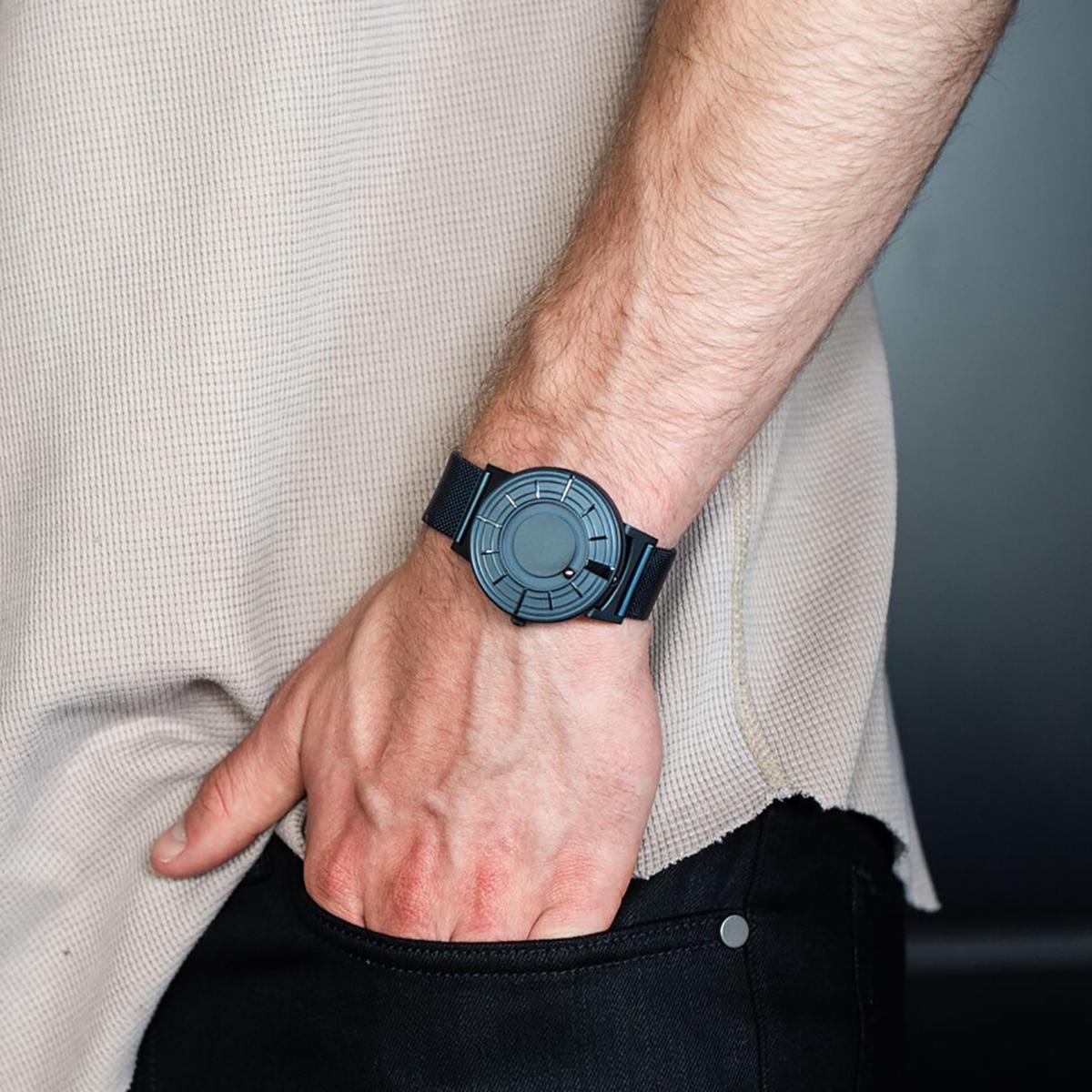 宇宙との調和を保ちながら、規則正しく動き続ける時間。その神秘とロマンを閉じ込めたタイムピース「触る時計」| EONE(COSMOS)