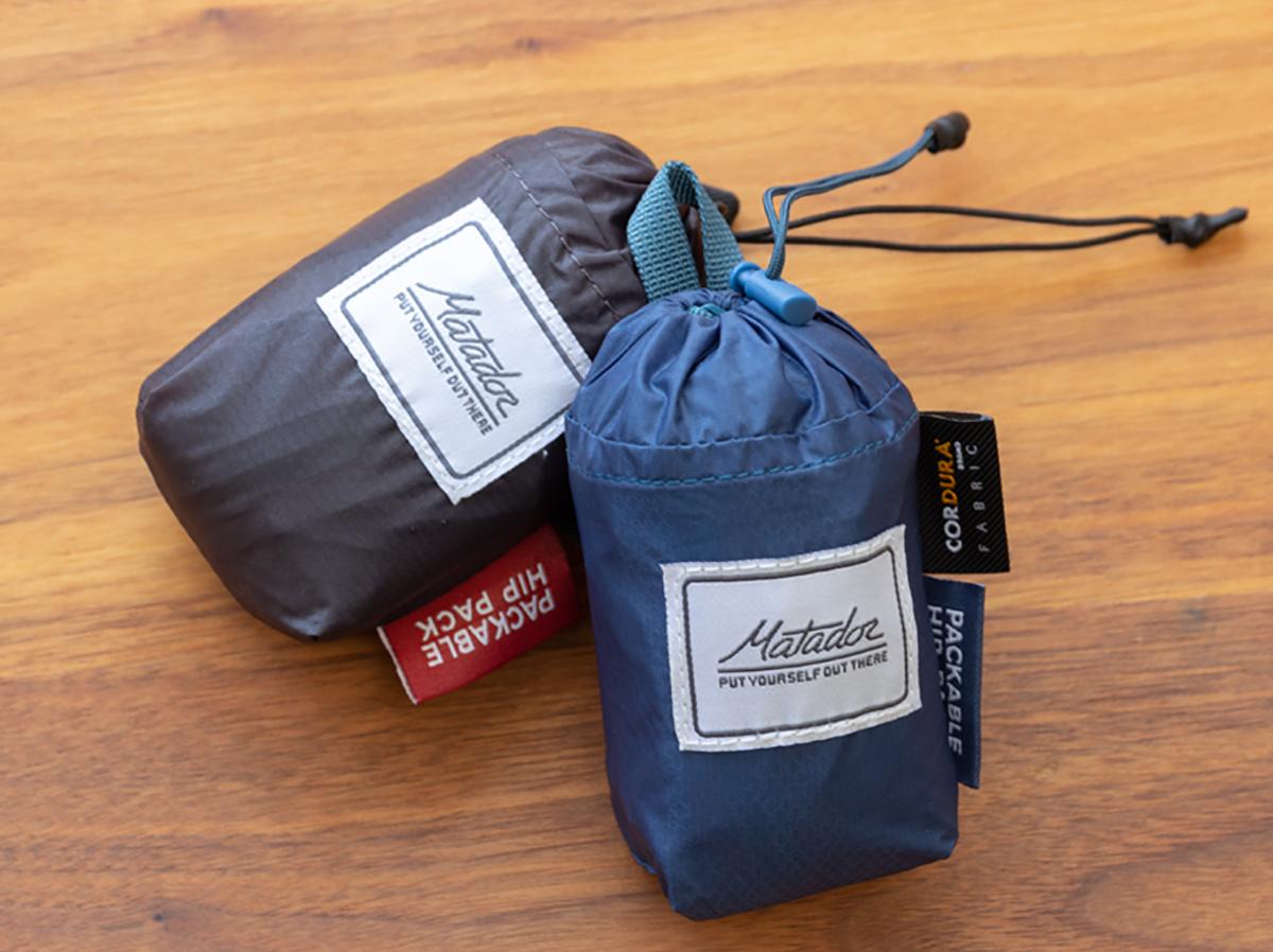 チタニウムグレイとインディゴブルーの2色。旅先や日常生活でアクティブに動き回れる!手のひらサイズにたためる防水仕様のウエストバッグ/ヒップバッグ| Matador