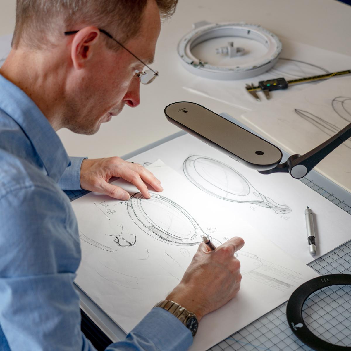 海外では手芸教室や美容サロン、研究室、工場の検査工程といった、多くの業務用ライトとして使用されている。コードレスで使えて、隙間に収納できる!手元を大きく・明るく照らすルーペ付き太陽光LEDの「デスクライト」|daylight - Halo Go