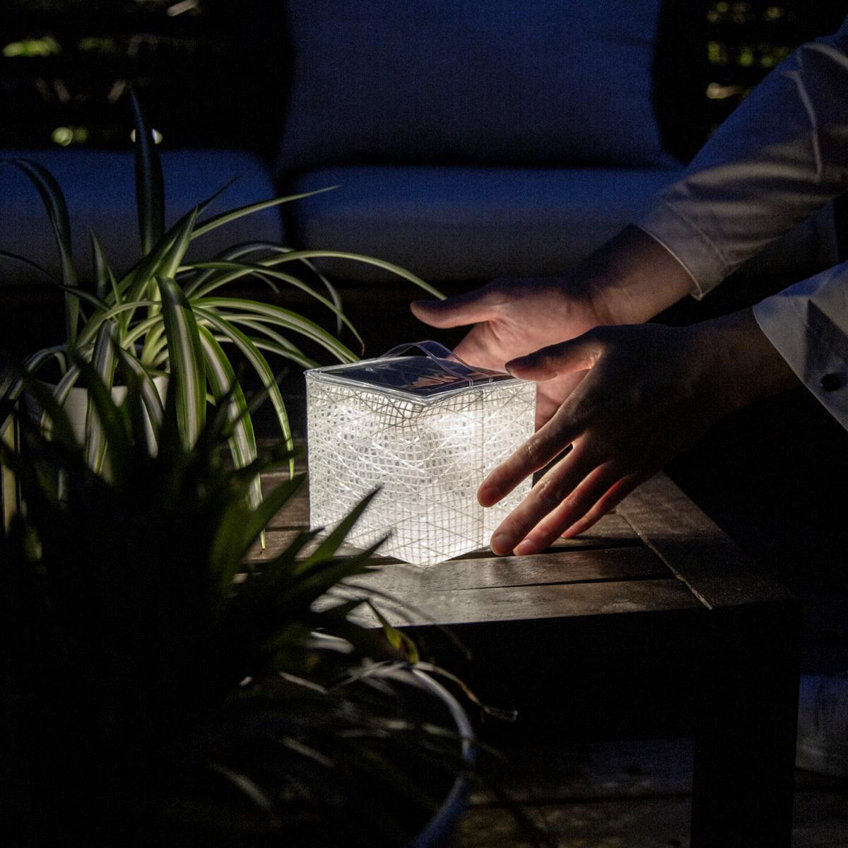 アウトドアのランタンとして、おしゃれな間接照明として、防災ライトとして、読書用にも、常夜灯にも便利。薄さ1.2cmに畳める超軽量ソーラー充電式ライト(ランタン)で、いつも太陽の光がそばに|carry the sun