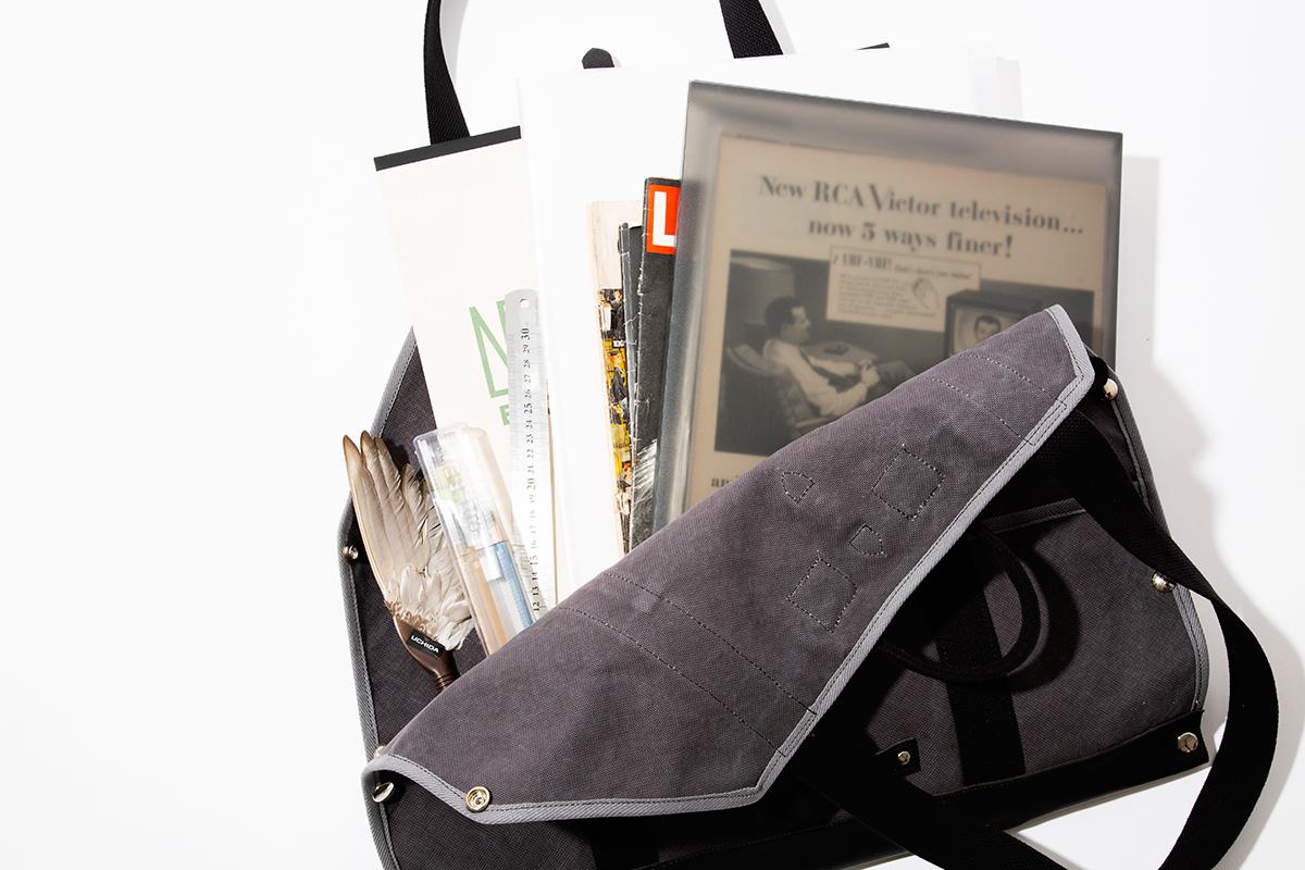 資料や画材用バッグ|シート状に広げられて、大判サイズの出し入れがラク!街で活躍する「薪トート」|LAUGH WRINKLES×池之端銀革店