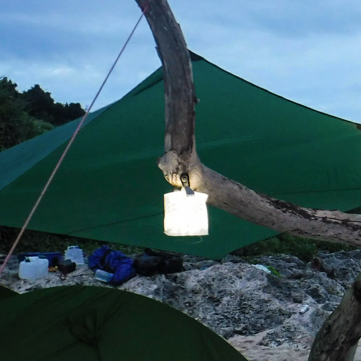 LEDライトの光が和紙やカーテンを通したように綺麗に広がる。薄さ1.2cmに畳める超軽量ソーラー充電式ライト(ランタン)で、いつも太陽の光がそばに|carry the sun
