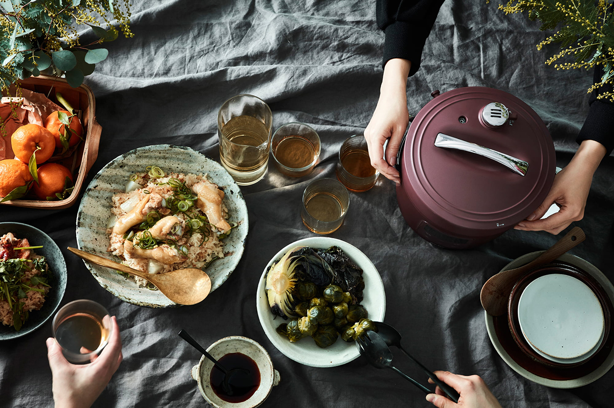 調理家電というより、お洒落な鍋のようなフォルムだから、テーブルの上でごはんを盛りながら食事にもぴったり。肉はジューシーに、ジャガイモはホクホクに下ごしらえ!炊飯も調理も楽チンで早い「アシスト調理器・電気圧力鍋」|Re-De Pot(リデ ポット)