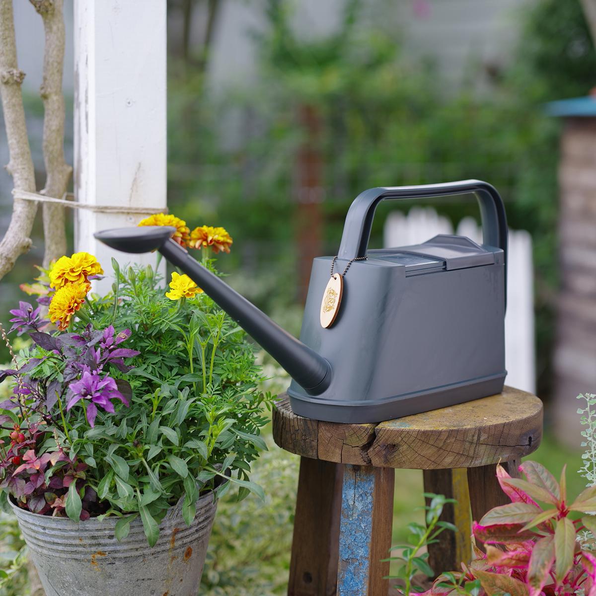 鉢植えをひとつ、ふたつ置くだけで、あなたの癒しスポットに。植物にやさしい、繊細な雨のような自然な水流のジョウロ|Royal Gardeners Club