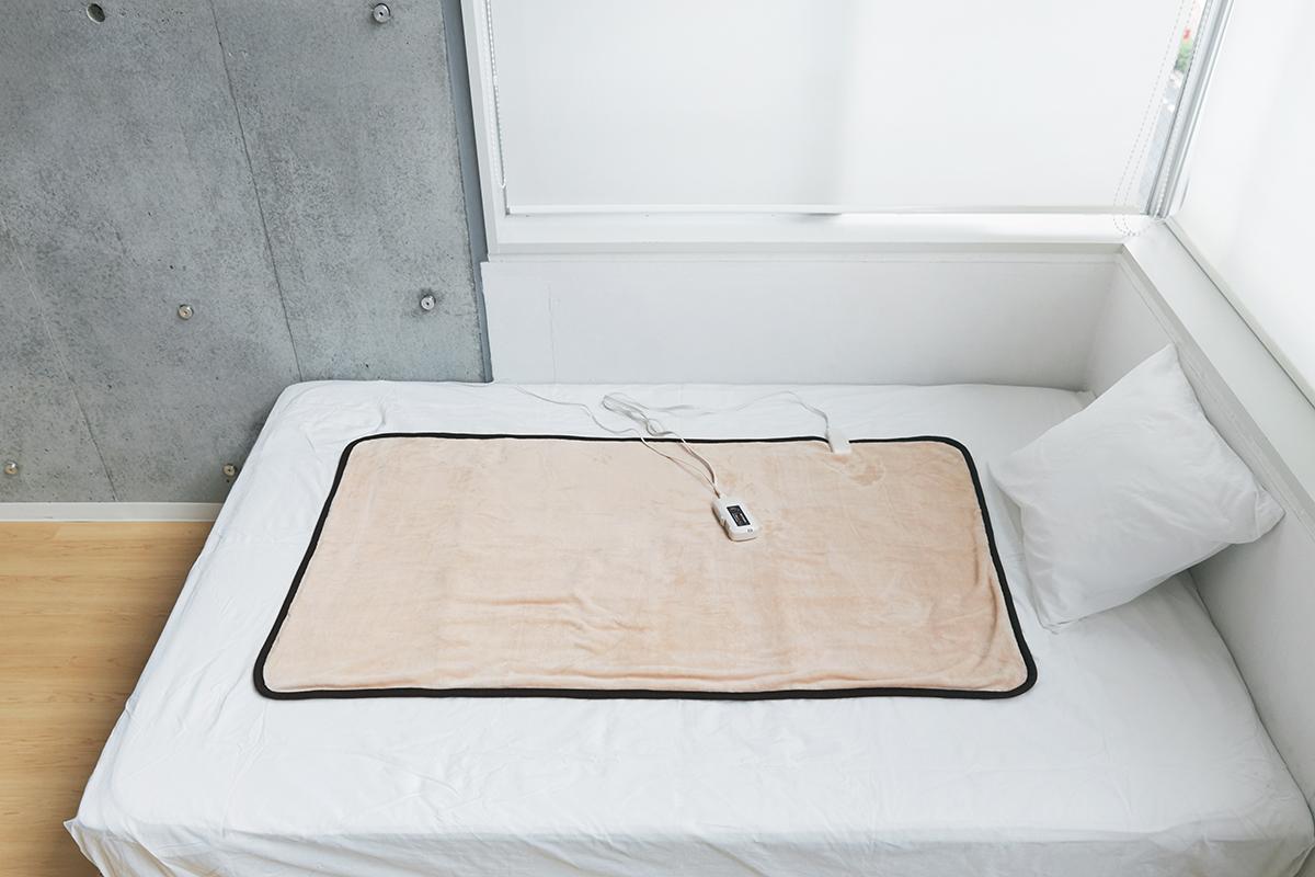 朝方の冷え込みなど感知してくれる室温を感知するセンサー付き。あなたの睡眠サイクルに合わせて、電源が自動オンオフ!洗濯機で丸洗いできる「電気毛布」|HEAT-CRACKER