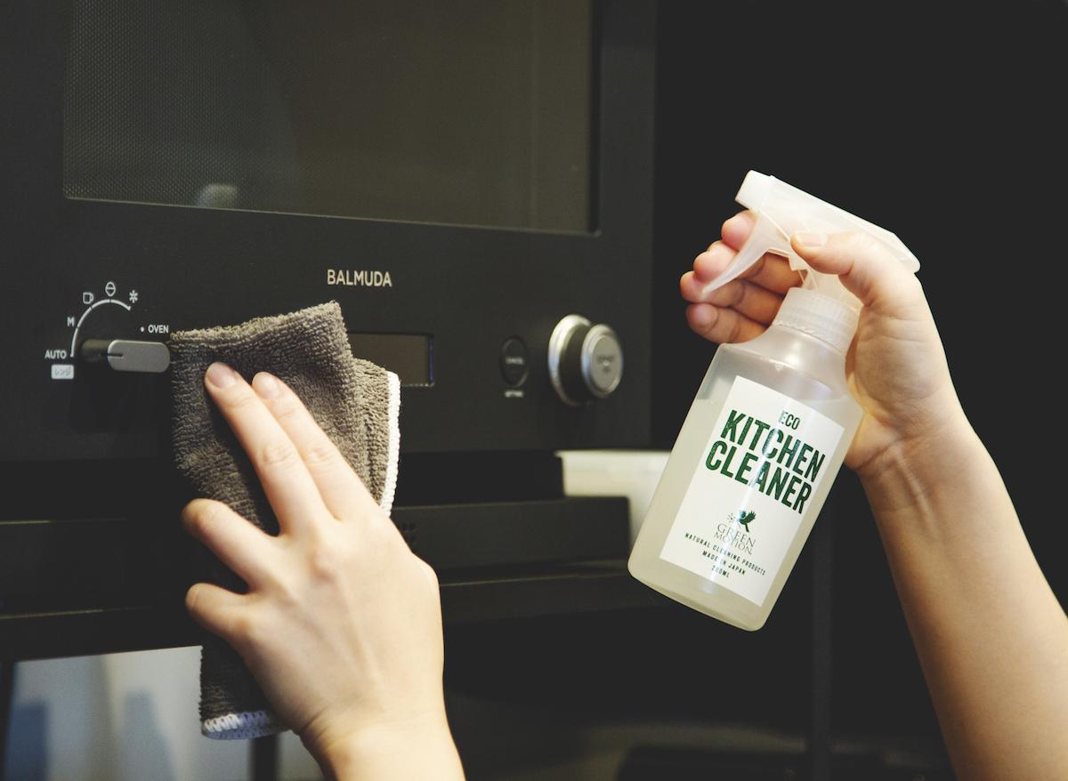 コンロまわりの油ハネ、オーブン・レンジ・グリルの油汚れ、冷蔵庫や炊飯器のベタベタ汚れに。調理家電の内側にも使えて、水拭きや二度拭きも必要なく、キッチンを丸ごと手軽にお掃除ができる「エコキッチンクリーナー」|GREEN MOTION