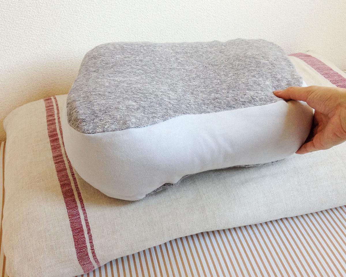 丸みのある台形型枕。横向き寝の姿勢をサポート、スマホや本がラクに読めるまくら・ピロー|HONTO