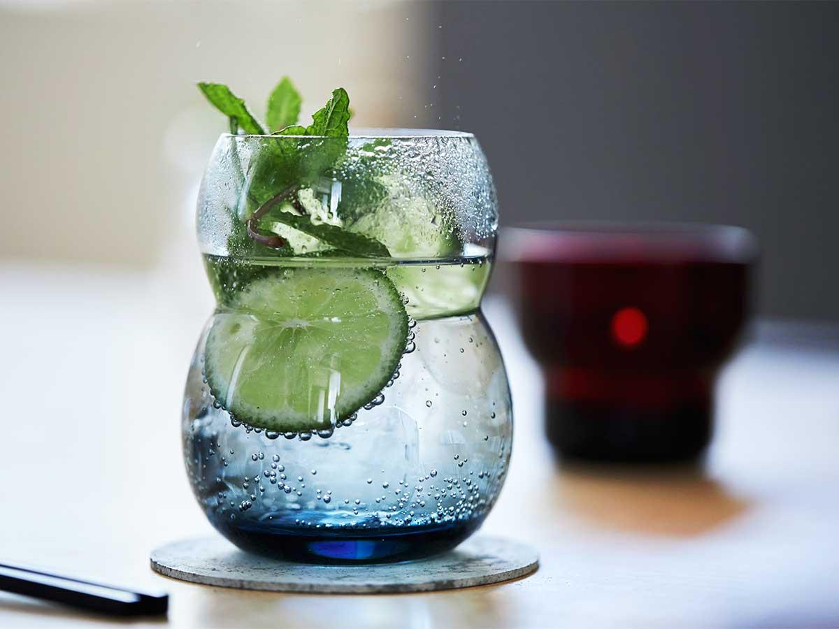 おいしそうな輪郭に、ガラスのみずみずしさが相まり飲み物が美しく映える。持ちやすさ、使いやすさ抜群。丸みとくびれのあるお洒落なデザイン|双円(そうえん)のグラス