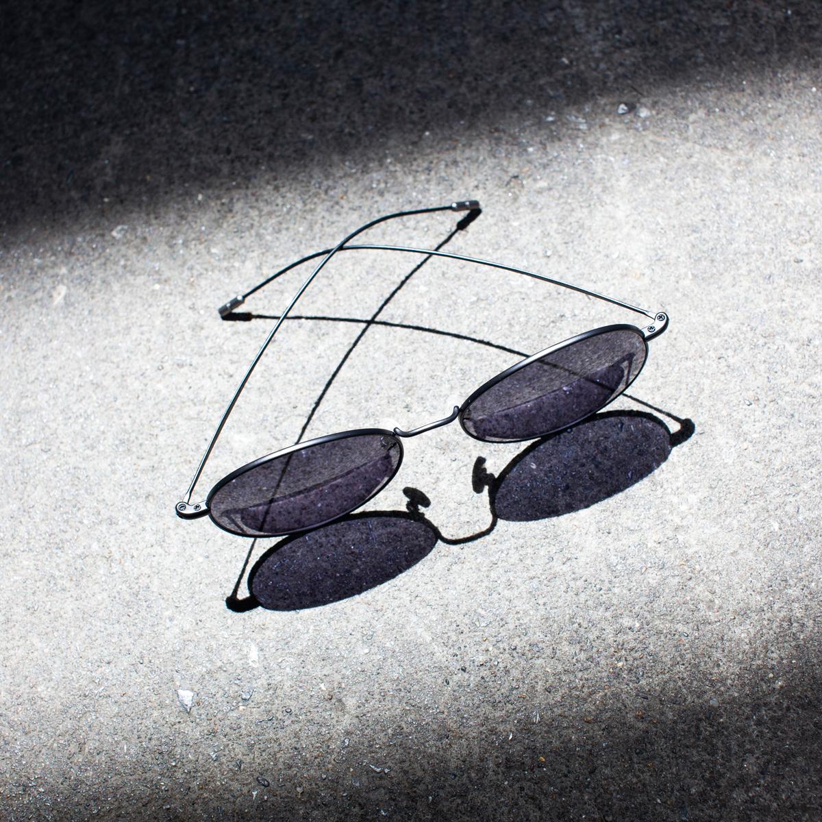 曲げても踏んでも変形しにくい復元力のある超軽量&極細フレーム。風船で浮くほど軽い、フィット感抜群、踏んでも元に戻るβチタンフレームのサングラス|RAWROW R SUN