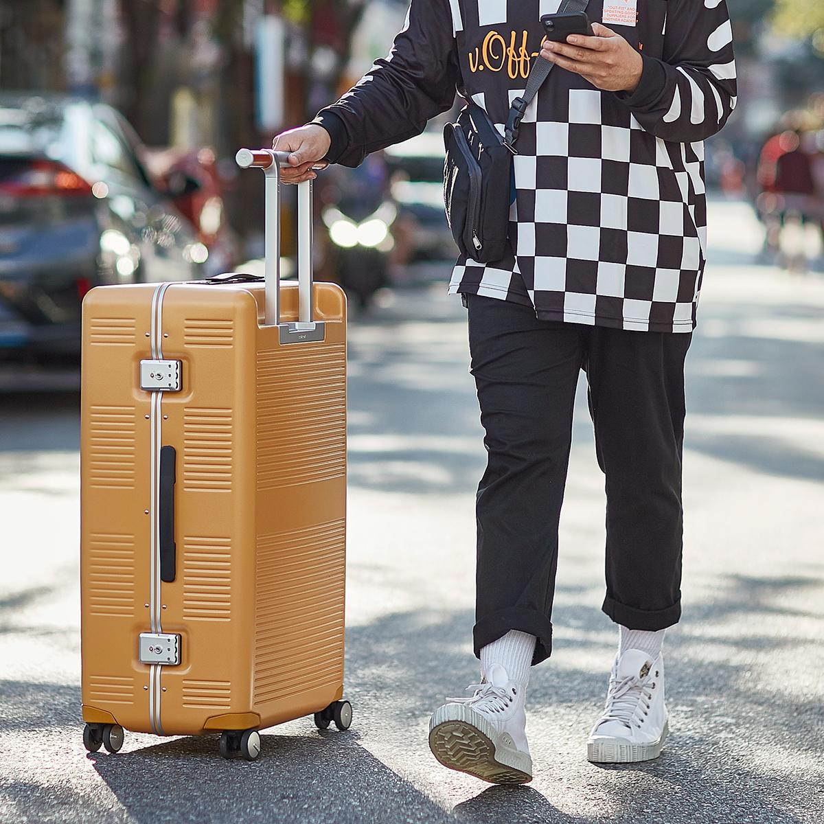 ハンドルが「ハンガーラック」に早変わりする、T字タイプのハンドル「TT Handle」を採用したスーツケース(37L・1〜2泊・機内持ち込みサイズ)|RAWROW