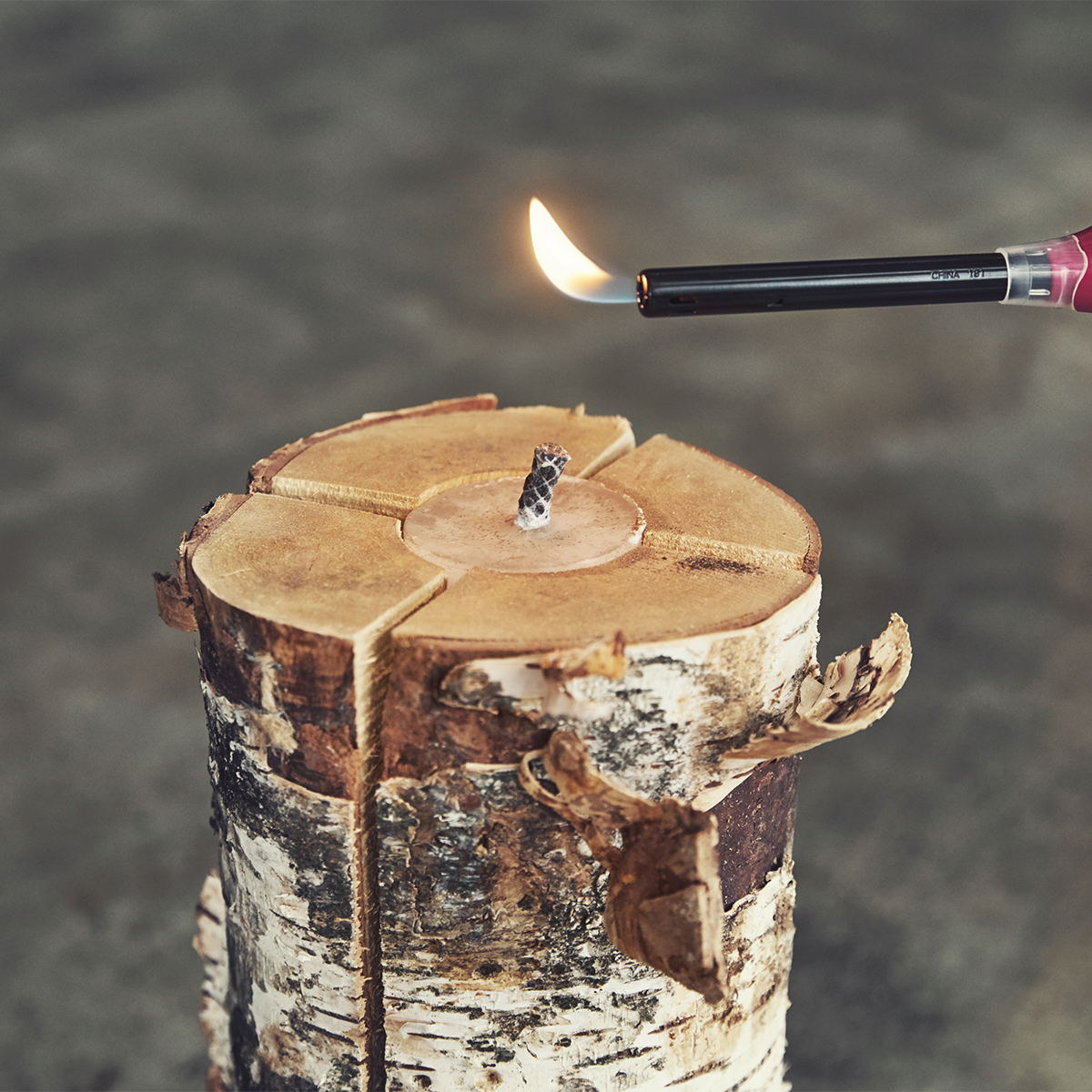 ロウソクに火を点ける感覚で、初心者でも焚き火がはじめてでも手軽に点火できる。キャンドル一体型で一発着火、肉も焼ける「スウェディッシュトーチ」|Swedish Birch Candle(スウェディッシュ バーチ キャンドル)