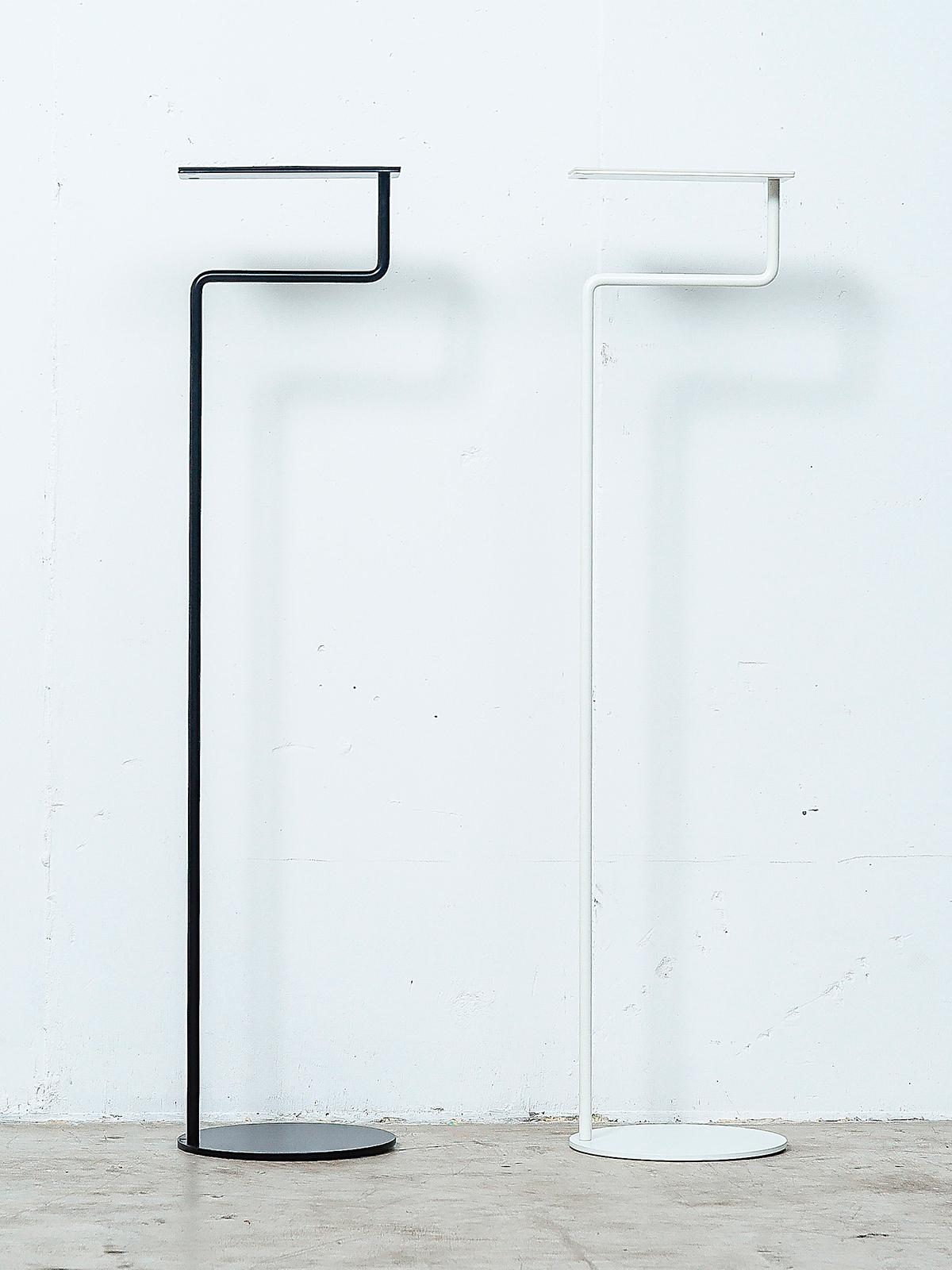 。2009年の発表以来、売れつづけているロングセラー。空間に静かに溶け込みながら、あなたの暮しを、グッと心地よく変えてくれる「スタンド型のトレイ」|DUENDE TILL