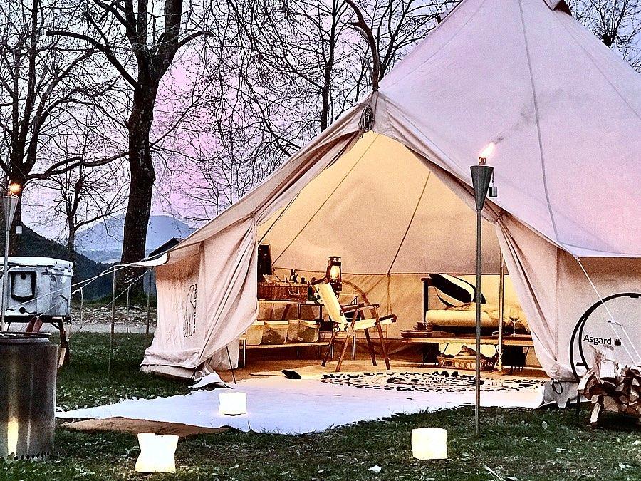 テント入口の両脇に2本、篝火(かがりび)のように設置するだけで、ムード満点の「オイルトーチ」| エープラス
