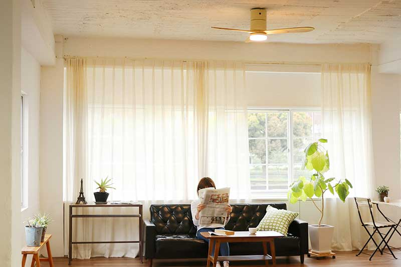 大きなファンが部屋中の空気をしっかり循環。室温ムラを解消して、風通しがいい家をつくるシーリングファン
