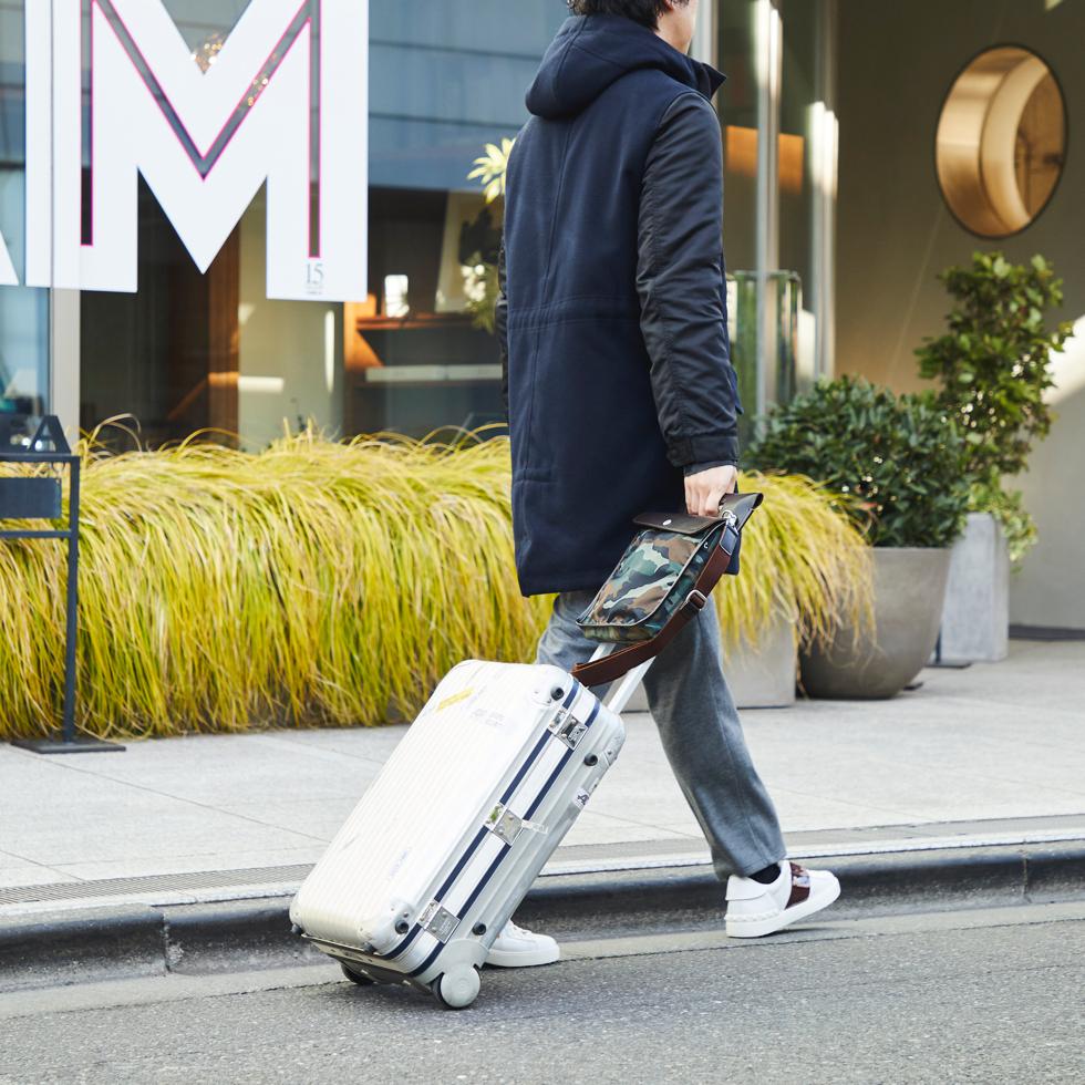 お洒落なショルダーバッグをキャリーハンドルに被せて片手でスイスイ移動 | COVEROO(カヴァルー) by ROOTOTE