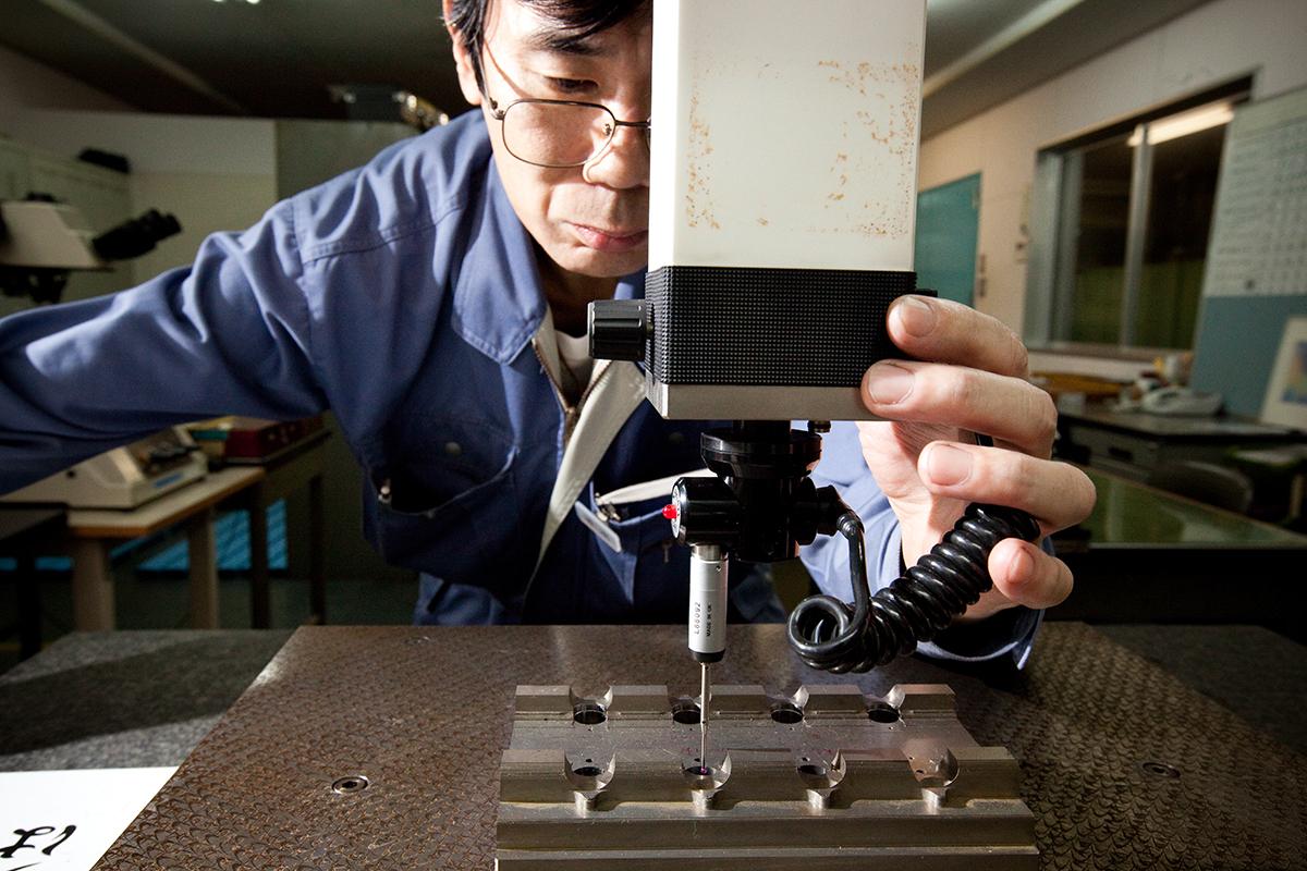 「水漏れがない」のは、部品の命である金型を国内工場で、熟練職人がマイクロメートル単位で調整しているから。植物にやさしい、繊細な雨のような自然な水流のジョウロ|Royal Gardeners Club