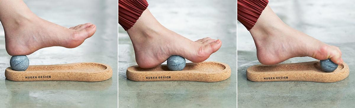 ボールを足裏で滑らせなくても、上から軽く圧をかけていくだけでも気持ちいい。|北欧フィンランド北東部の地底から発見された、カレリアンソープストーンの「マッサージストーン」|HUKKA DESIGIN(フッカ デザイン)