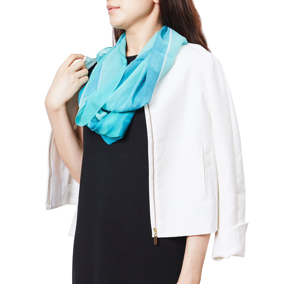 普段の洋服に馴染む、さりげないボリュームとデザインのシルクストール