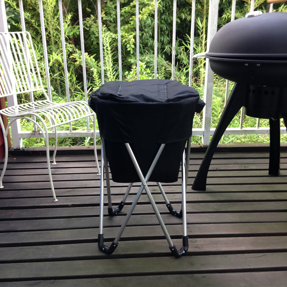 BBQやお花見・キャンプで大活躍。ビールもお肉も立ったまますぐ取り出せる、スタンド型クーラーバッグ|PARTY STAND COOLER