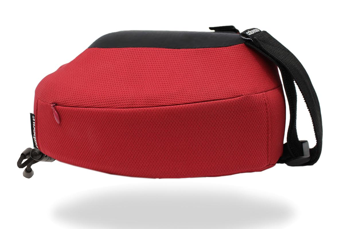 携帯枕と一緒によく使う耳栓や目薬といった小物を入れておくのに重宝するファスナーポケット付き。トラベル枕|cabeau