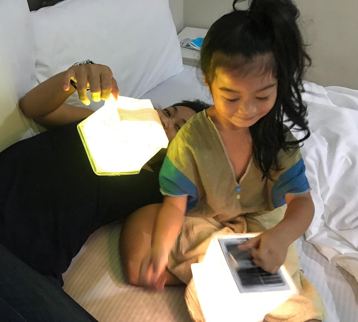 簡単にサイコロ型のランタンになるソーラー充電式の携帯ライト|carry the sun(キャリー・ザ・サン)