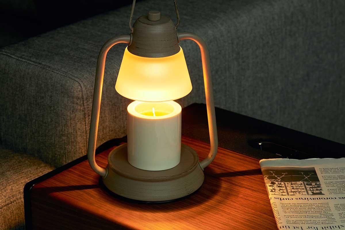 幻想的な輝きが発揮されるグラス入りキャンドルが特におすすめです。火を使わずにアロマキャンドルを灯せて、明かりと香りも楽しめる卓上ライト「キャンドルウォーマーランプ」 kameyama candle house