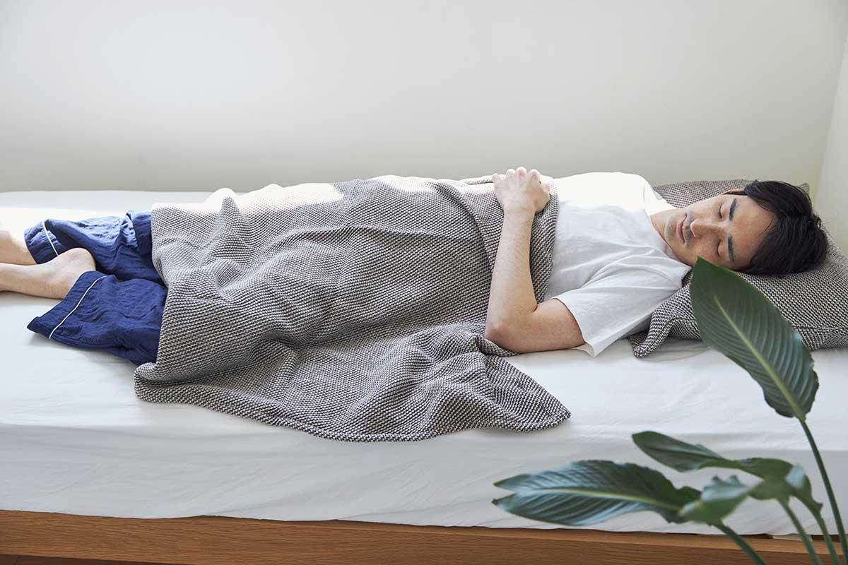 通年使えるサラッとした肌触りで心地よい。「熟睡」を追求した凹凸状のハニカム織りのハニカムケット(ワッフルケット)