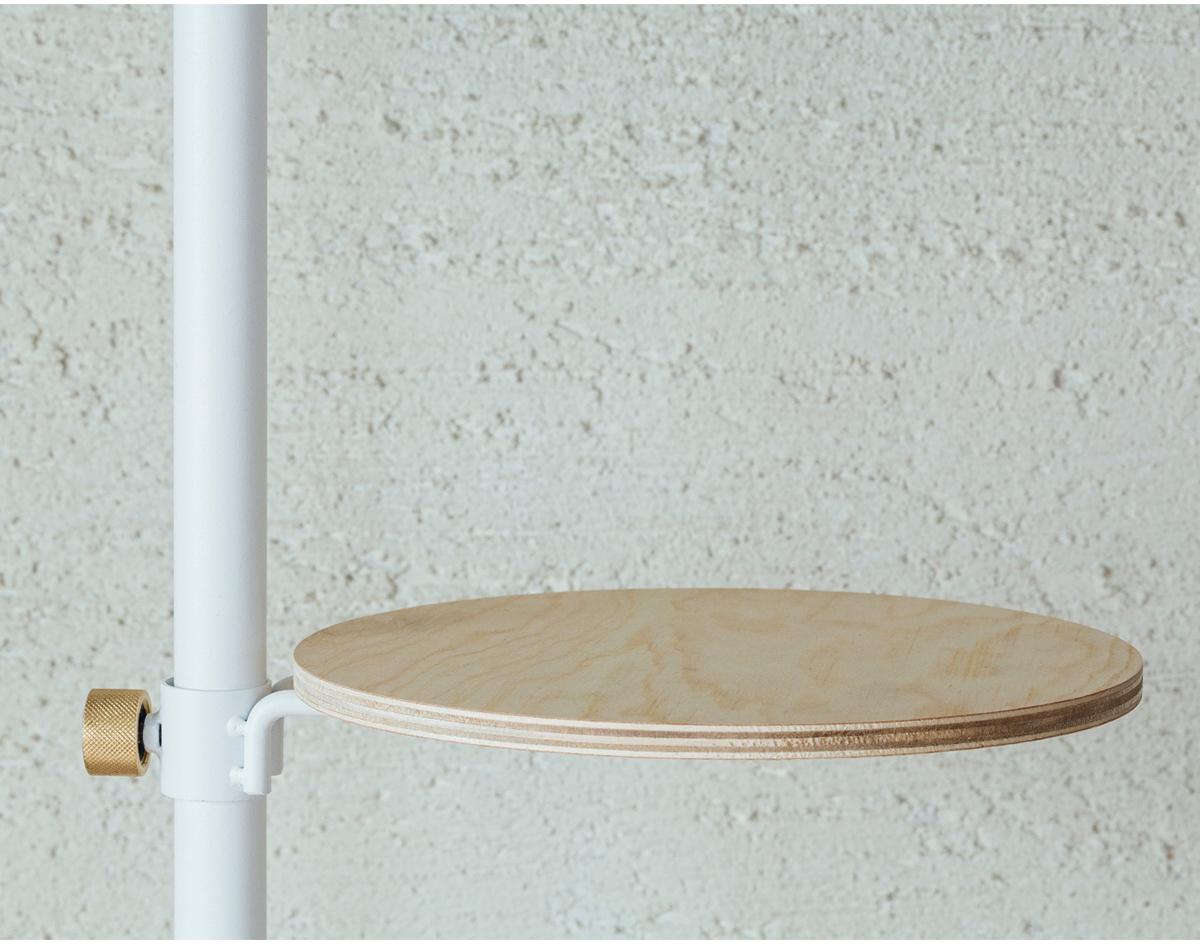 ちょっと調べ物をしたり、ネット動画を見たりもできる「丸テーブル」。照明とテーブルがセットできる「つっぱり棒」|DRAW A LINE ランプシリーズ