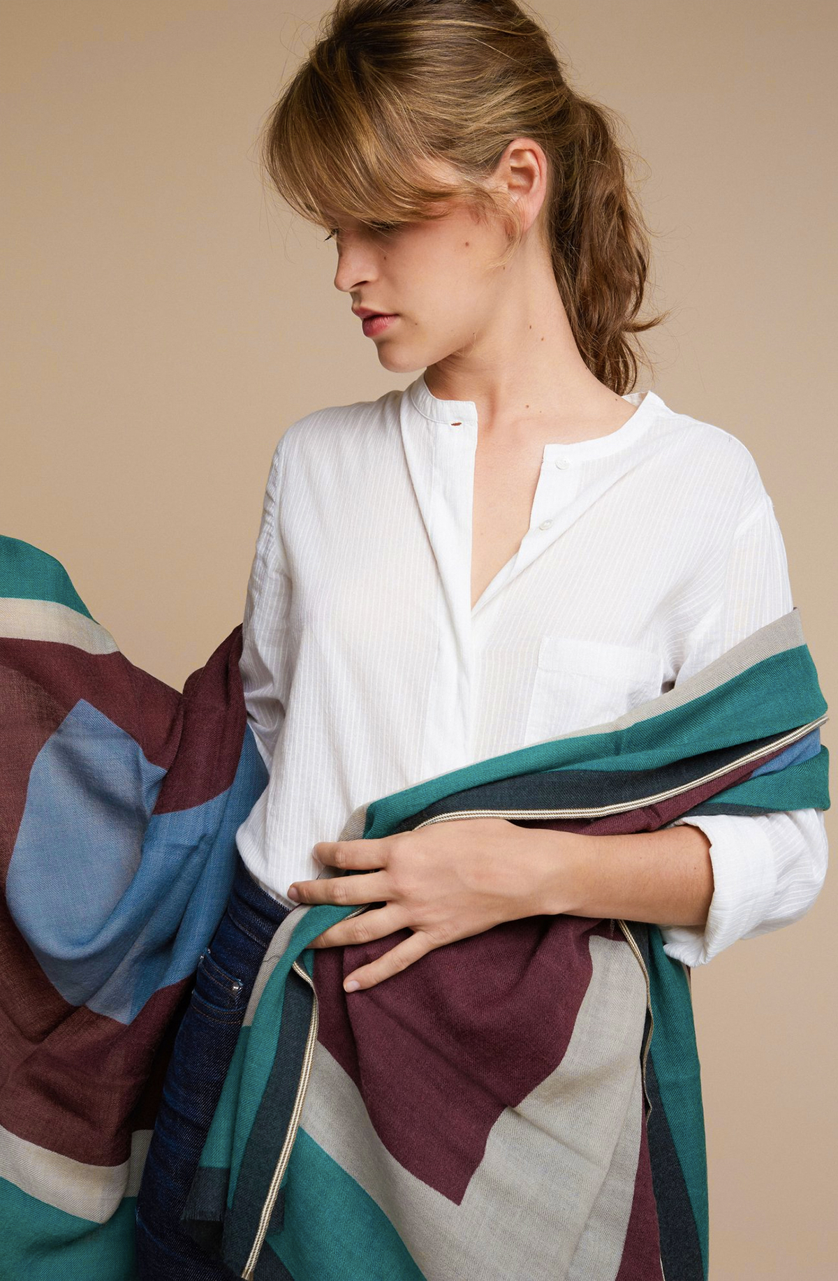 そのまま肩に羽織ると実におしゃれ。カバー代わりに、家のソファやベッドに掛けたりしても素敵な「ストール・マフラー」|MOISMONT(モワモン)