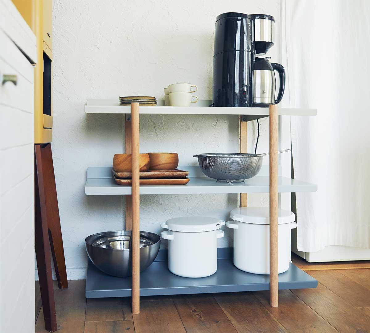 ティーカップや鍋、食器などのキッチンウエア。色違いの棚板を入れ替えるたびに、新鮮な空間づくりができる「シェルフ(棚)」DUENDE Marge Shelf(デュエンデ マージ シェルフ)