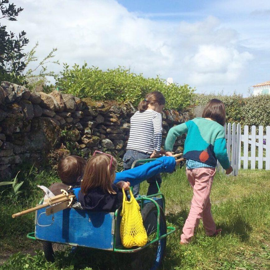 組立ては、子どもも一緒にできるように、ポールやピンを差すだけの手軽さの「帆布テント」|LA TENTE ISLAISE(ラ・タント・イレーズ)