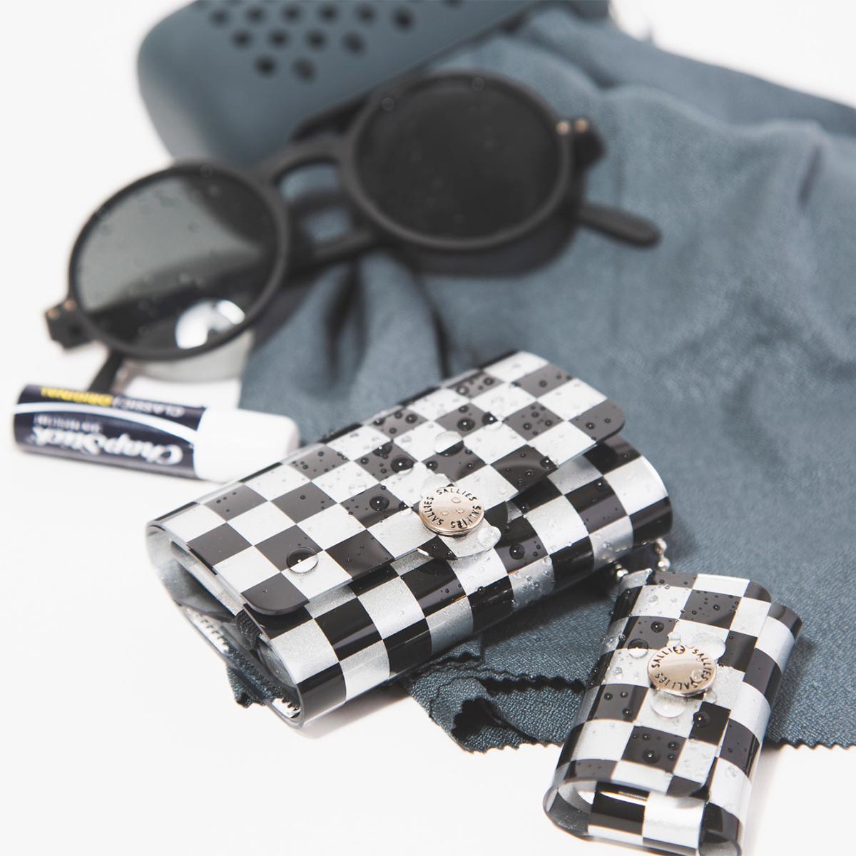 大人のカジュアルに、楽しく寄り添ってくれる。手のひらにすっぽりと収まる、軽くてカラフルな「ミニ財布」|SALLIES