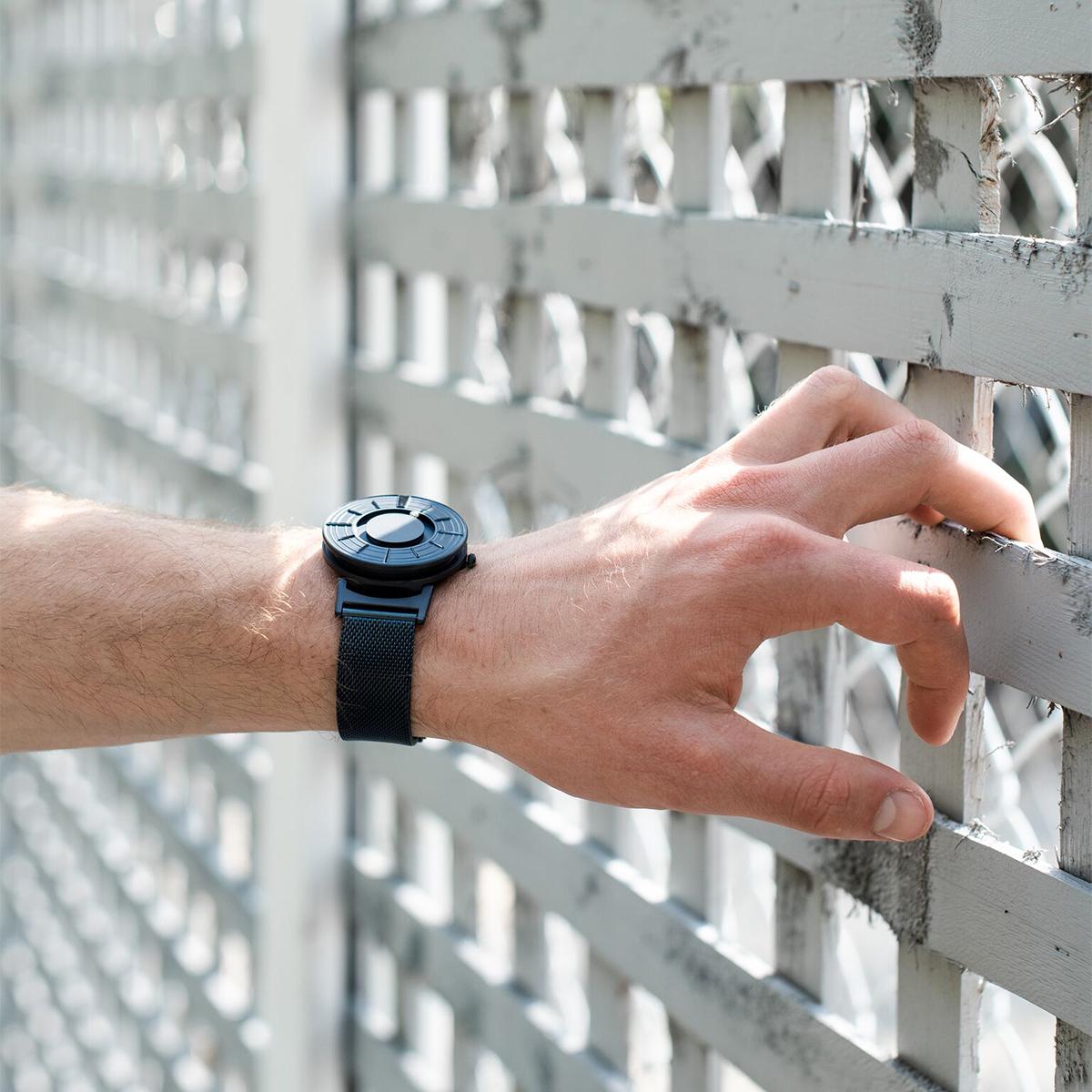 大切な人への贈り物にも好適な、誰もが似合うデザインと色の「触る時計」| EONE(COSMOS)