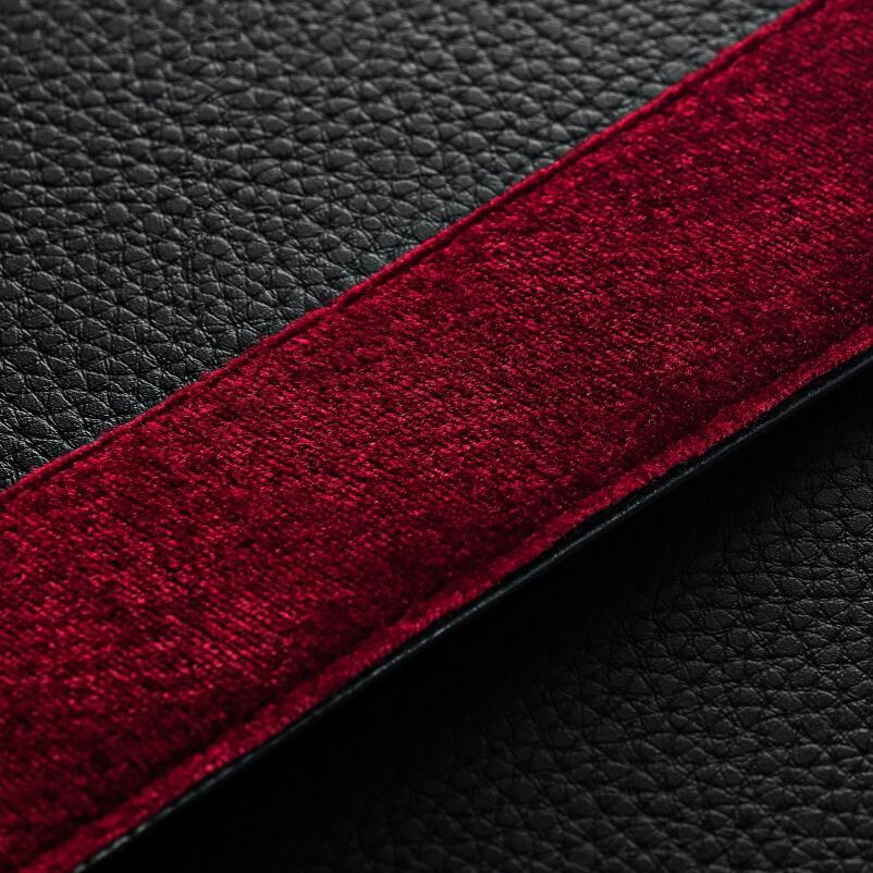 ヴィンテージの雰囲気を高める、赤のベルベット調の裏地のレザー風のハンドストラップ。ワイヤレススピーカー|Marshall Kilburn Ⅱ