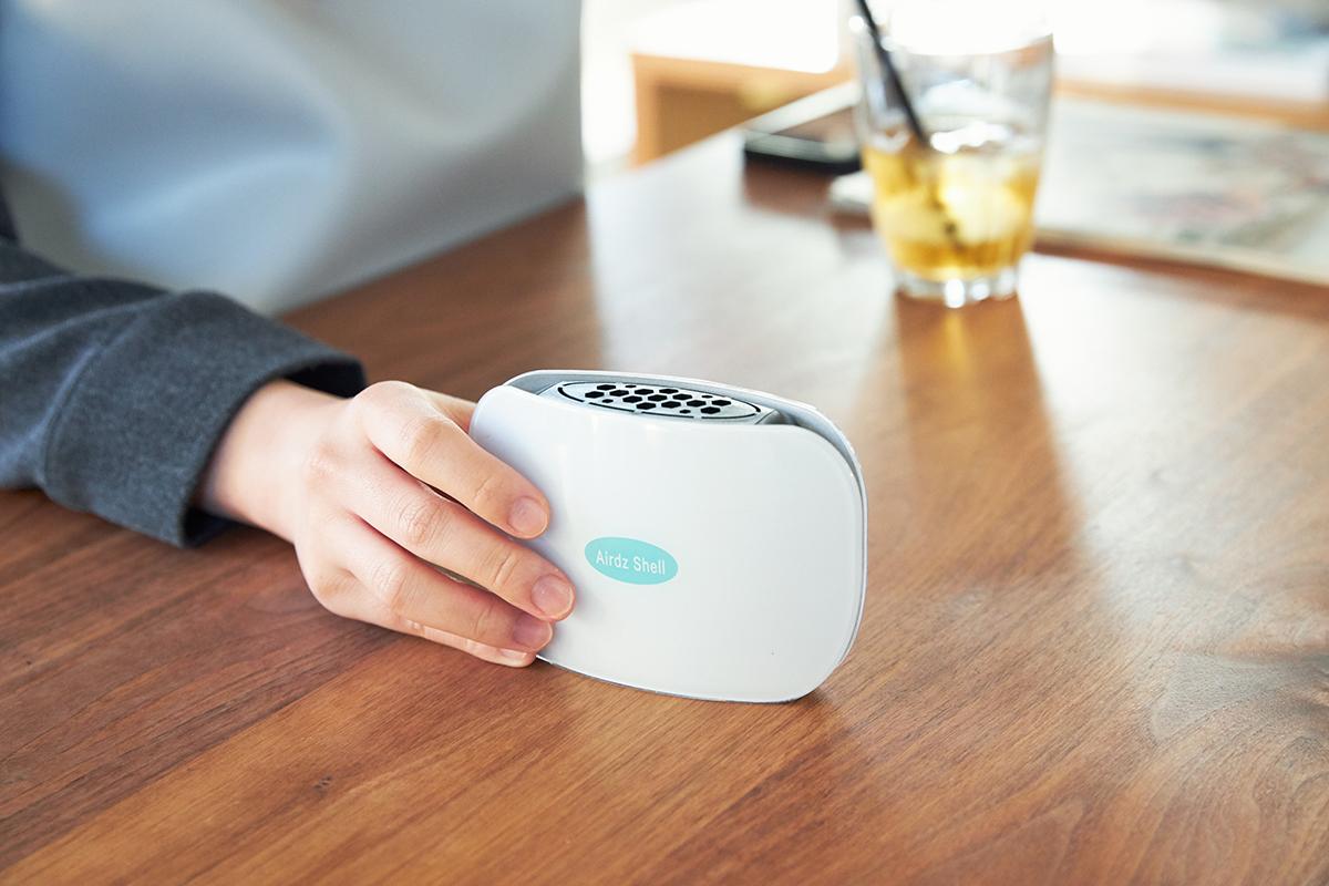 丸みのあるボディは、人間工学に基づいた形だから、手になじみやすく、サッとつかみやすい。置き場所に合せて、タテにもヨコにも置けます。携帯型「オゾン発生器」|Airdz Shell(エアーズ シェル)