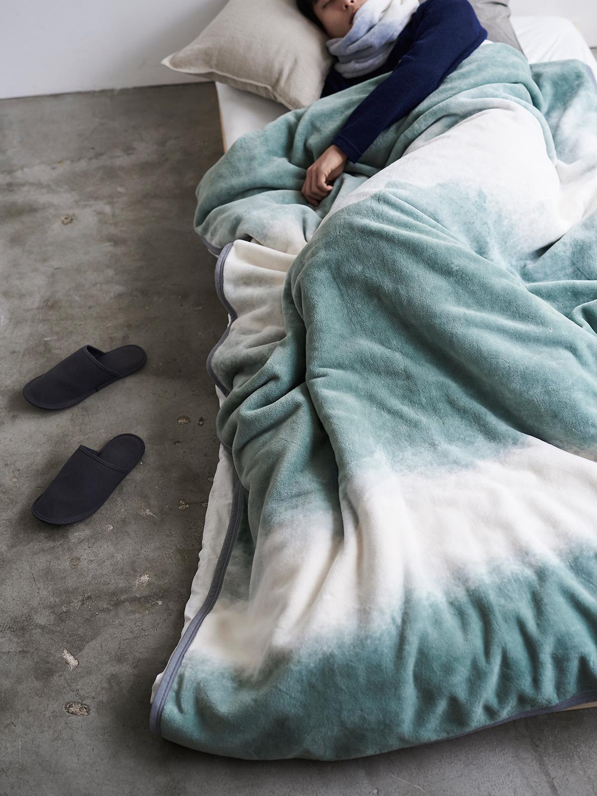 空間を洗練させる自然光の表現。寝室の空間をセンスよくお洒落でスタイリッシュにしてくれる。肌触りと寝心地の良さで夏も冬も気持ちいい!ニューマイヤー織の綿毛布|FLOOD OF LIGHT(フルード オブ ライト、光の洪水)|LOOM&SPOOL