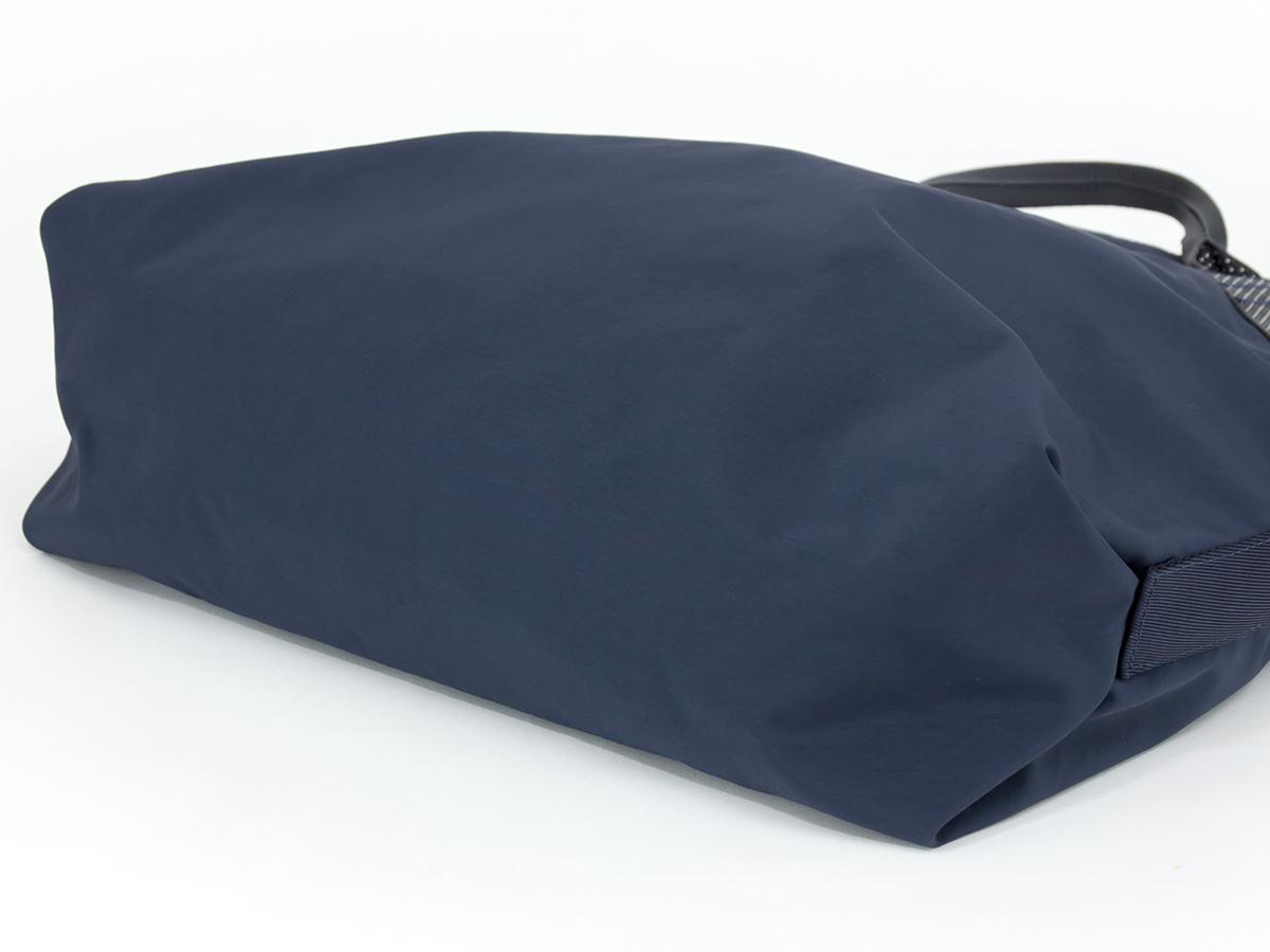 強度・耐久性はバツグンのシームレスの底面、超軽量、動きを邪魔しない、荷重を分散、ミニマムデザインの2WAYトートバッグ | Topologie