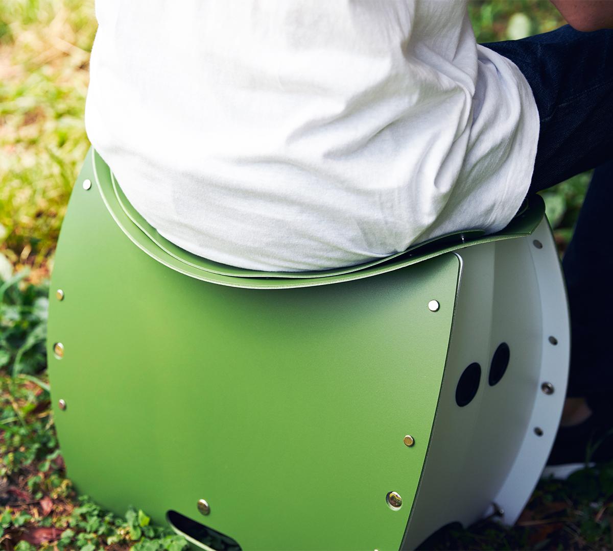 お尻のカタチにフィットするよう、湾曲した広い座面の形状だから、座った時の安定感はバツグン!座面を外せば、ゴミ箱・防災トイレが出現する「折りたたみイス」|PATATTO PATATTO 350+