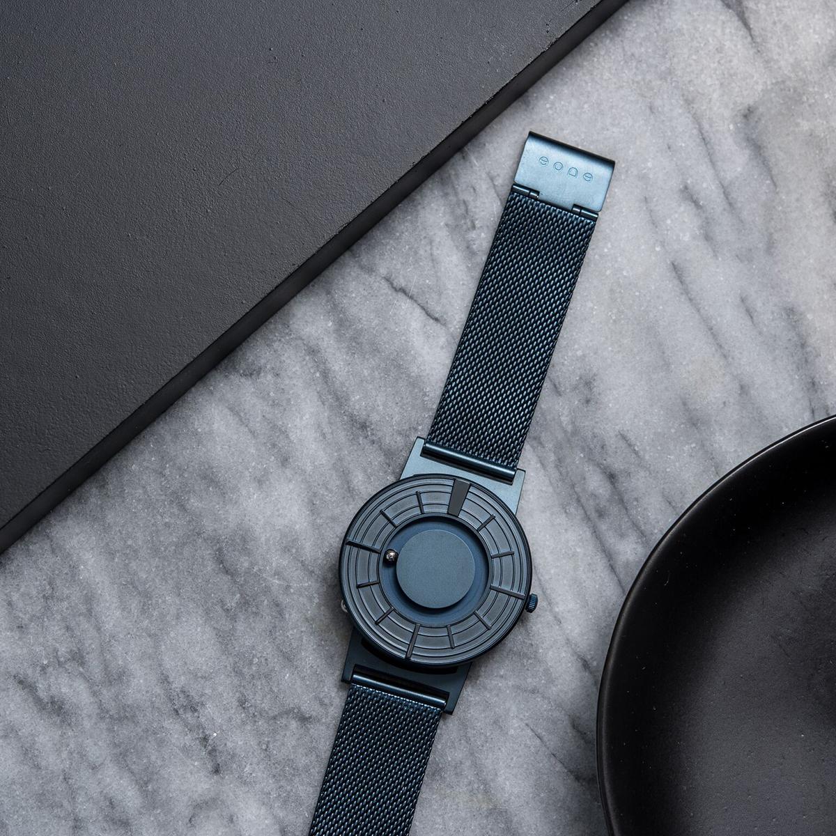 心を静かに落ち着かせる色彩心理がある、あなたを引き立てる、濃紺のタイムピース「触る時計」| EONE(COSMOS)