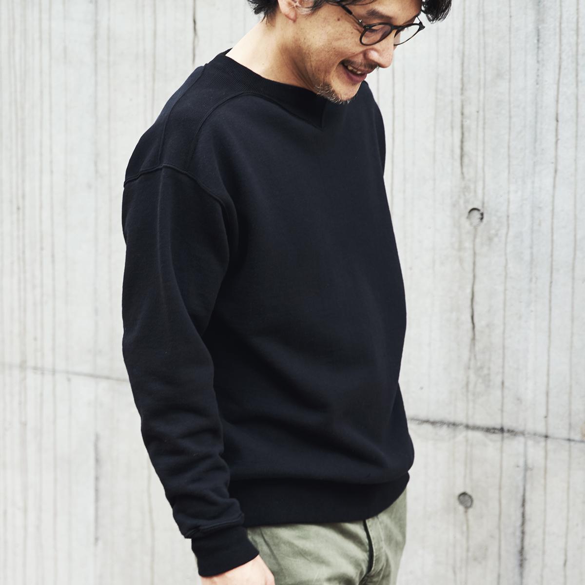 吊り編み機によって、ゆっくりと丹念に編み上げることで、手編みのようなふっくらとした風合いが生まれた。スポルディング社の名作から、現存していない「ブラック」をMade in Japanで「フットボールシャツ」|A.G. Spalding & Bros