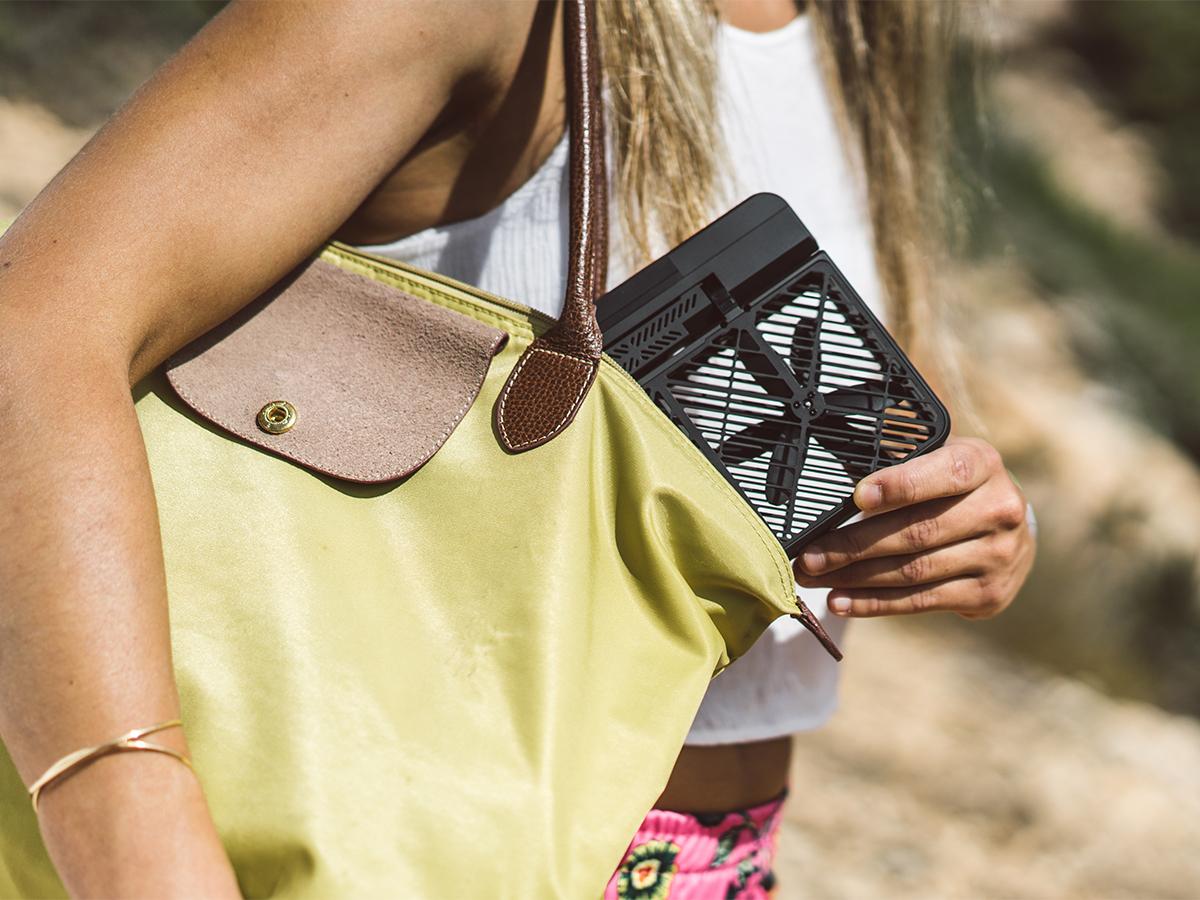 かばんの中に入れっぱなしにできる軽さのいつも持ち運べる、安全、操作簡単の「自動追尾撮影ドローン」 | HOVER CAMARA