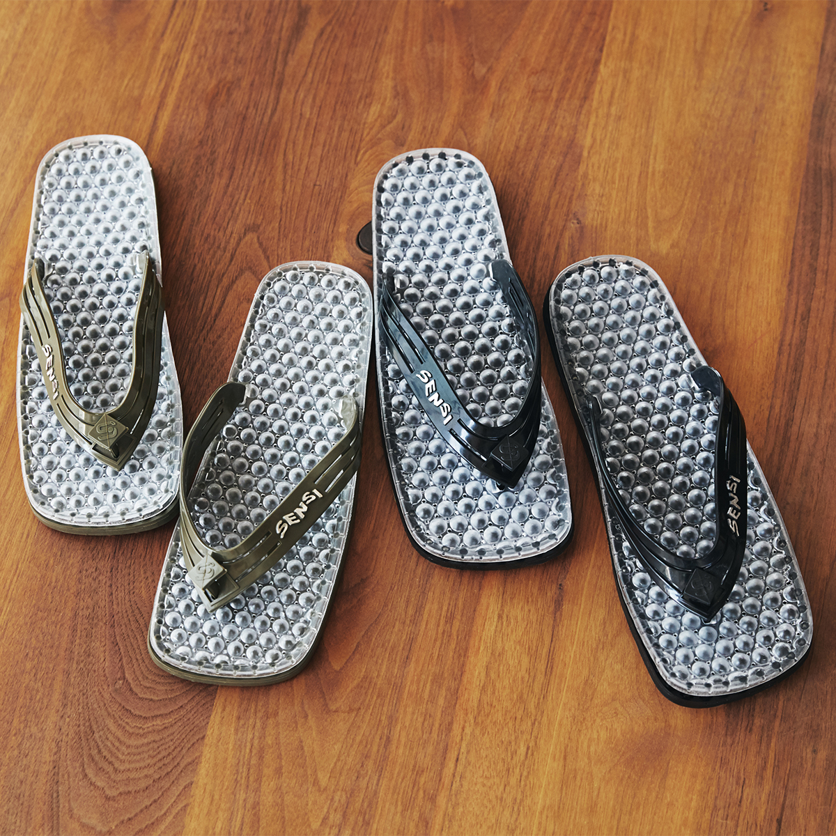 洗練されたデザインで履き心地バツグン。半球状の突起が、心地よく足裏マッサージしてくれる「健康サンダル」|SENSI