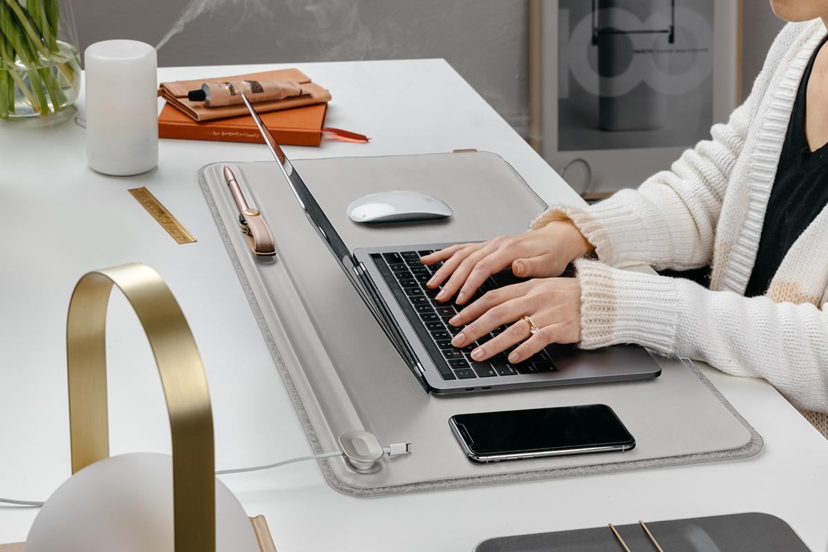デスクが自然と整って、仕事へのやる気が一気に高まる!リモートワーク(在宅勤務)やオフィスワークに。自然とワークスペースが整う「デスクマット」(デスクカバー)|Orbitkey Deskmat