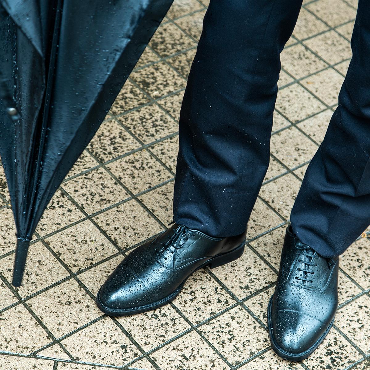 忙しいビジネスマンにとっては頼れる存在の雨水が染み込まない、継ぎ目なしの防水構造!まるで革靴のような気品漂う「レインシューズ」|三陽山長